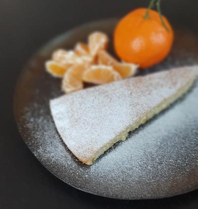 bizcocho con mandarinas en plato dorado